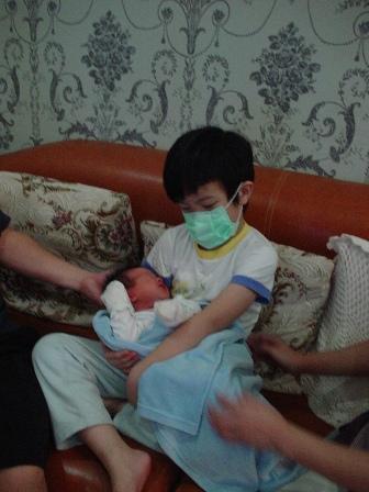 第一天回家,哥哥小心翼翼的抱著弟弟