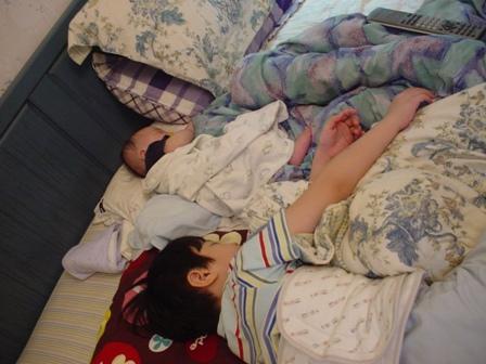 兄弟倆一起入睡~連睡姿都一樣