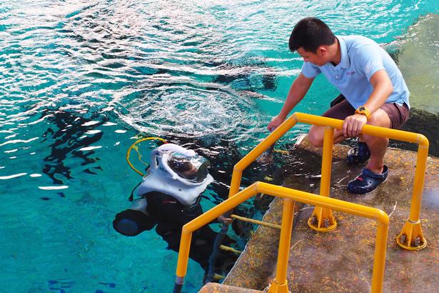 新加坡水上探險樂園海底漫步探險下水.jpeg