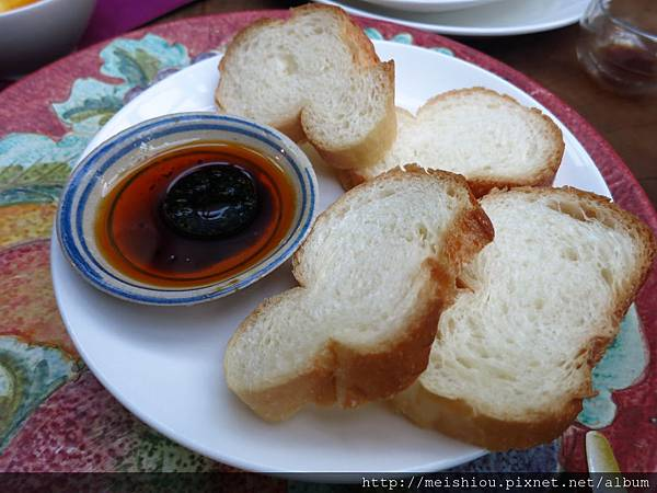 A4甜羅勒油醋醬佐麵包.JPG
