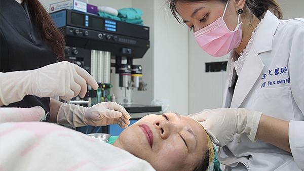 08王親自操作-王彥文醫師埋線藍鑽魚骨線來幫幫臉皮的忙高雄美妍醫美診所整形外科.png