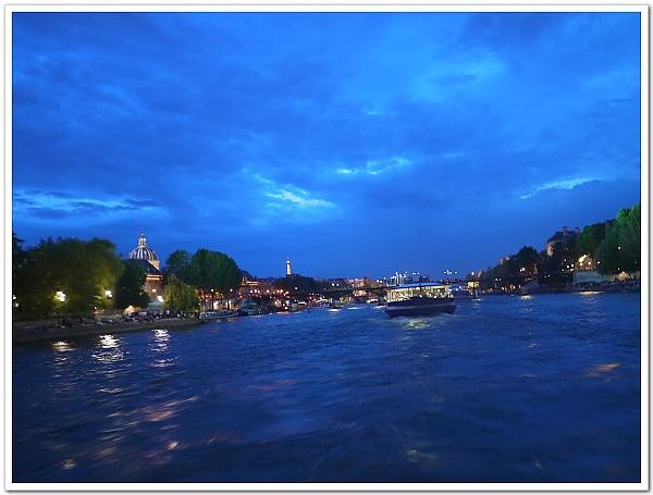 005-黃昏時的塞納河遊船,可以從漸暗的天色到全黑的夜景,一覽無遺,我超愛這個藍!