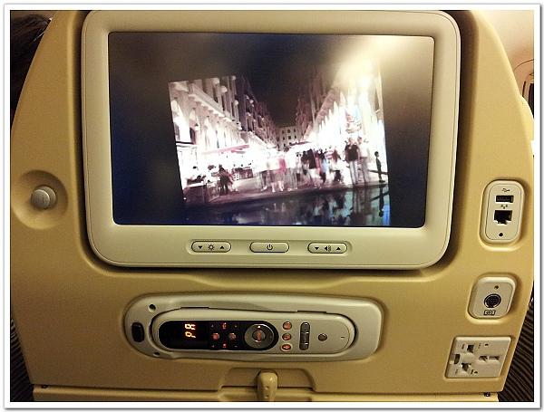 016-一上機就讓人驚豔的大螢幕及充電設計,阿提哈德航空果然是大手筆啊!