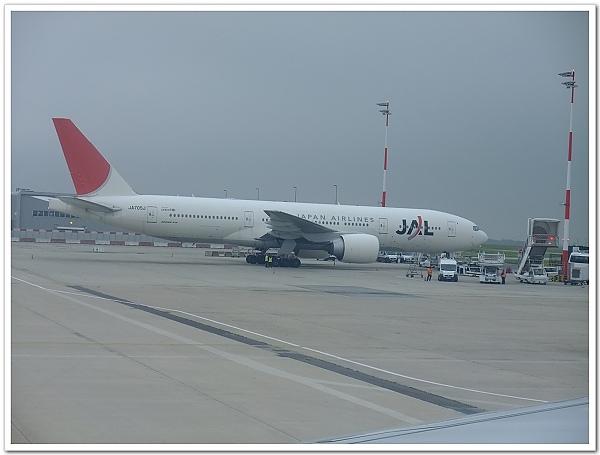 042-5月31日我們抵達了巴黎戴高樂機場,超興奮的我看到了日本航空的飛機備感親切,趕快拿起相機拍了下來XD