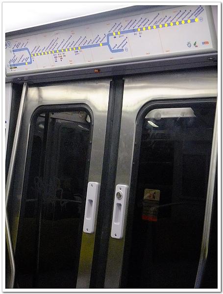 047-這台開往北站的RER,車門要自己按鈕才會開哦!可不要以為是自動門啊