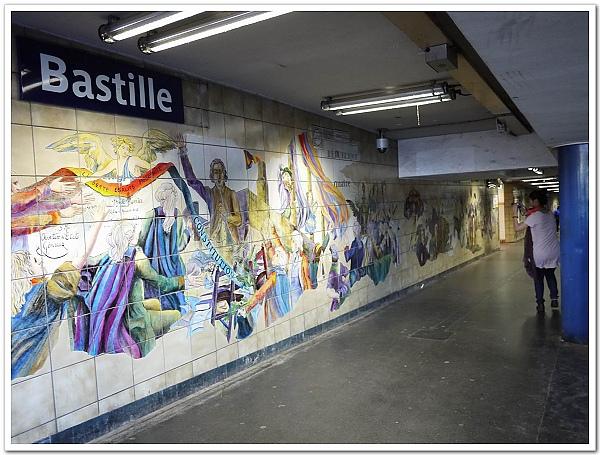 049-巴士底地鐵站的壁畫,畫的事法國大革命的故事....(培正在跑來跑去拍全景)