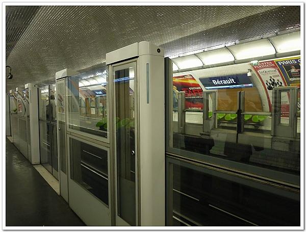 050-先用民宿那站來講解一下,巴士底站因為是轉車大站,所以和台北車站一樣有月台防護門