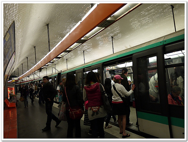 051-這台是車型較舊的地鐵,我們那時就是進了第一個車廂(怎麼感覺就是海蒂拍的這台啊!未卜先知嗎XD)