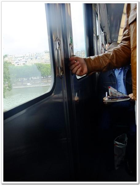 052-忘了是不是這天,我們在地鐵的第一車廂,停下來時第一個門竟然是過頭的,我們根本不能下車,只能趕快往第二個門移動,火速把手把往上撥就跳下車,聽說在門邊的外國人非常佩服地看著我XD我只是發揮趕車的本能啊