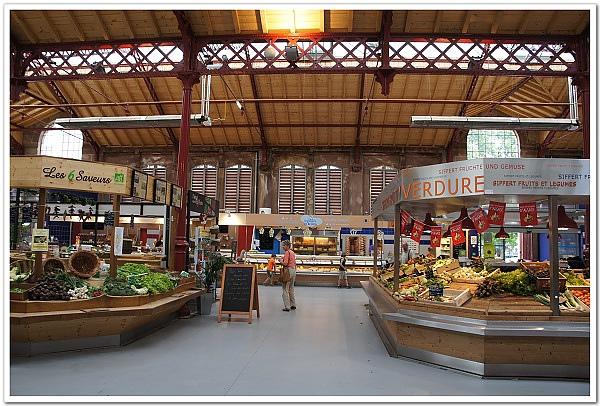 088-這個市場蔬果、肉類、麵包都有,佔地還不算小