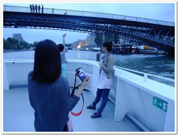 199-我們船上的大嬸也超熱情直接就和橋上的人打招呼,不過培跟海蒂似乎在等待什麼XD