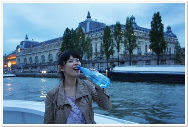 201-非廣告:清涼又解渴的氣泡水,可是我在巴黎的最佳戰友,每天都要來個一大瓶才過癮,找我當代言人最適合不過啦!(培內心的吶喊!)