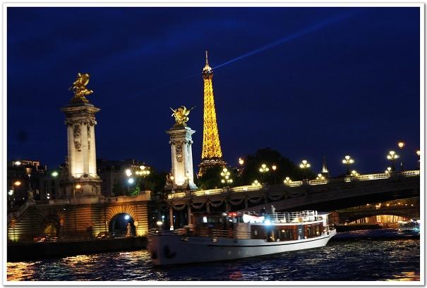 206-這是海蒂拍廣告的那座橋,遊船配上點燈的鐵塔,我們欣賞的就是這樣的美景啦!