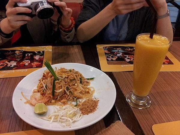 210-受不了美食區香味,我們點了像潤餅的泰國麵,和超濃稠的芒果冰沙,超好喝的啦!.jpg