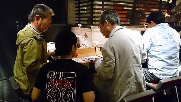 005-日本人的服務~跪著點餐啊!.jpg