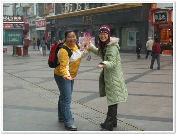 2007年2月底,一起去了四川開會,公司加碼送了九寨溝,這張是在成都春熙路上拍的,住成都時,每晚都出來逛街的好地方啊!.jpg