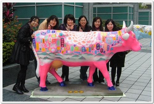 六人行與可樂王彩繪牛.jpg
