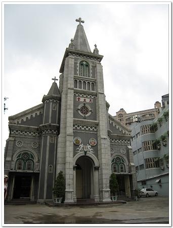玫瑰聖母堂混合哥德式與羅馬式風格的尖塔建築.jpg