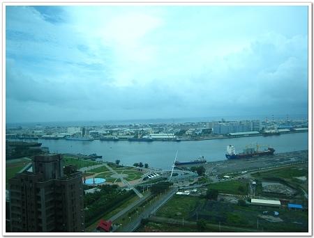 從民宿的落地窗往外看,高雄港景就在身邊.jpg