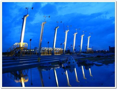 雨停後傍晚的風車公園,風車藍色倒影.jpg