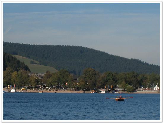 157-蒂蒂湖的湖光山色,情侶愜意地划船.....jpg