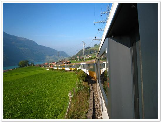 253-我們乘坐的這輛列車正載著我們穿梭瑞士的湖光山色之中.jpg