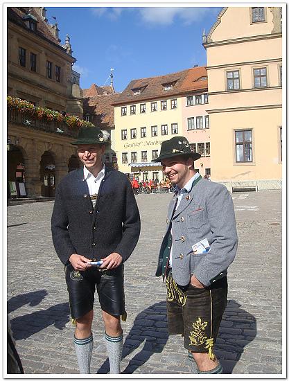 527-穿著巴伐利亞傳統服飾的帥哥.jpg