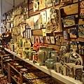 賣很多瓷器的小市集