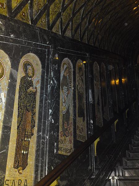 修道院內前往黑面聖母像的通道