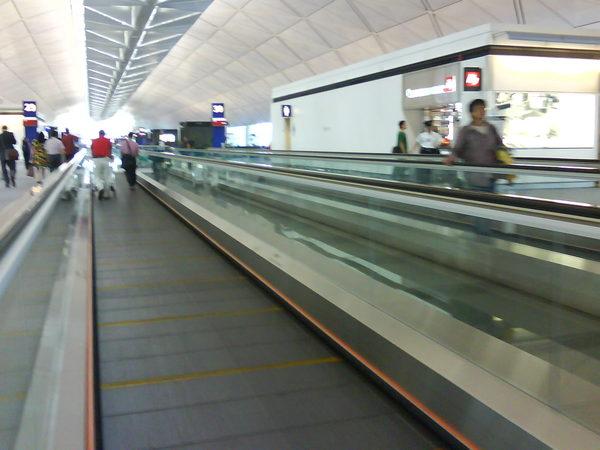 香港機場大的很~到處都是這輸送(人)帶