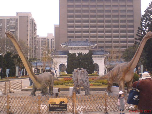 三隻恐龍 守著中正紀念堂 哈哈