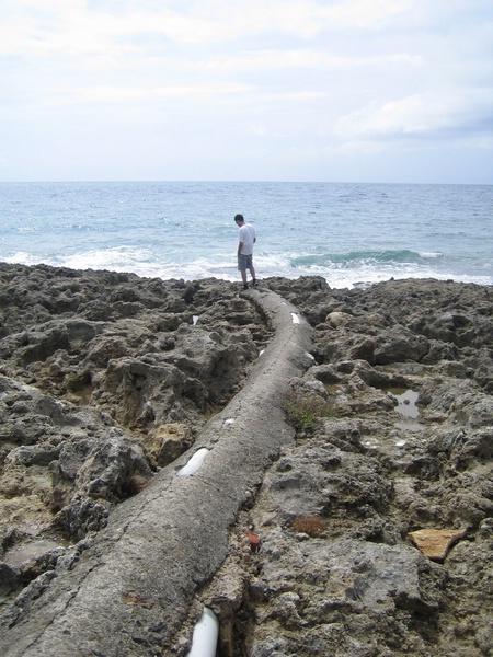 充滿岩礫的海邊