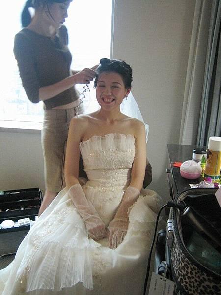 新娘還在弄頭髮~