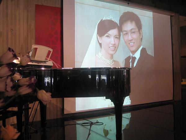 台上擺了一架鋼琴