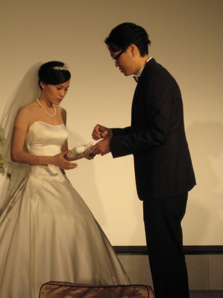 準備替新娘戴上婚戒