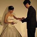 替新娘戴上婚戒