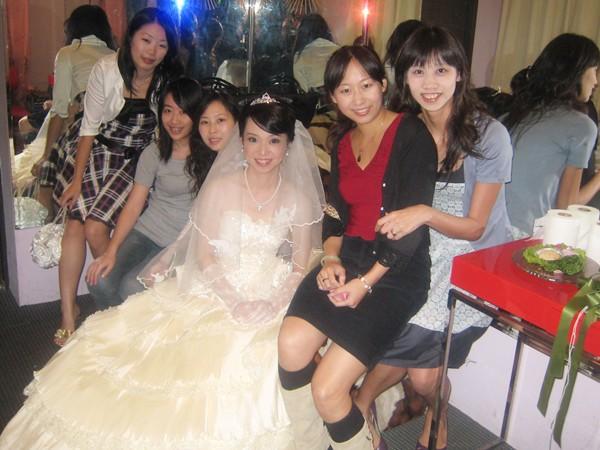 高中同學們跟新娘合照