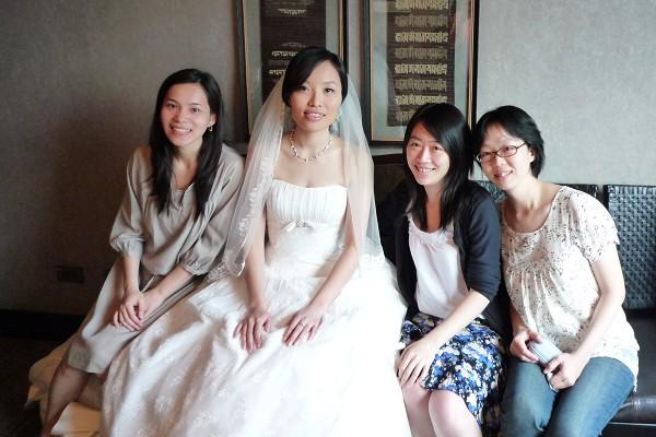 同學們與新娘合照