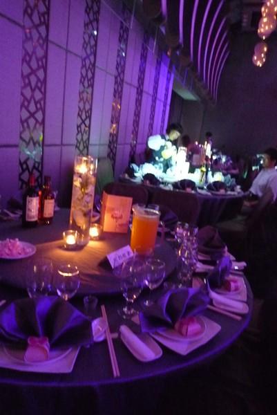 桌上點著小蠟燭增點浪漫
