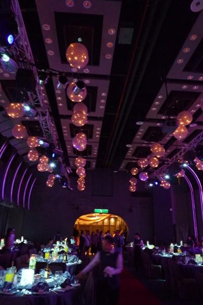 天花板的彩燈