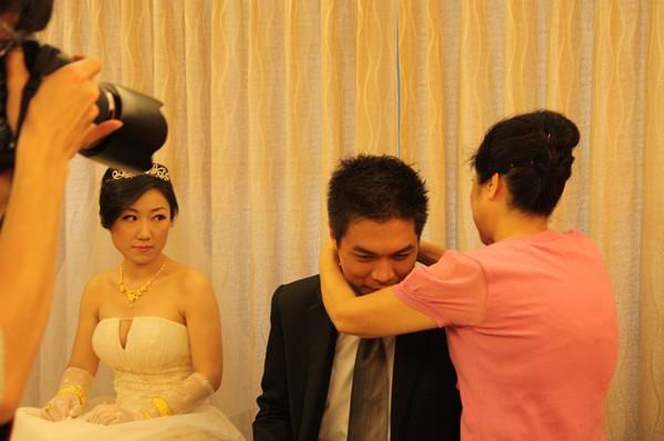 丈母娘幫女婿戴