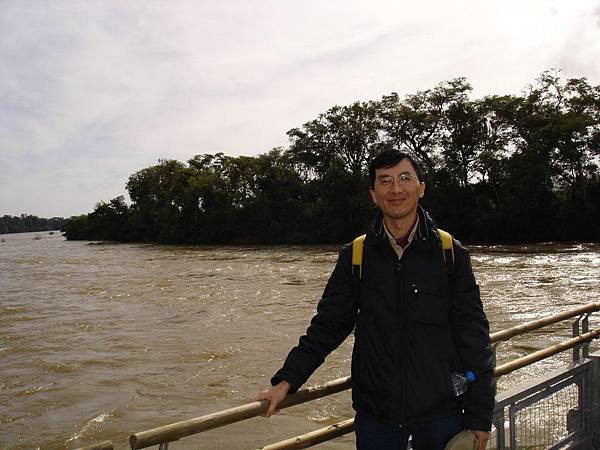 在寬廣河面前.jpg
