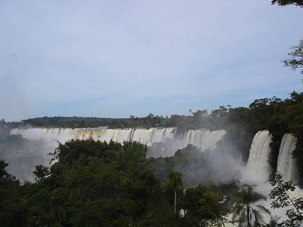 雨林間的大瀑布.jpg