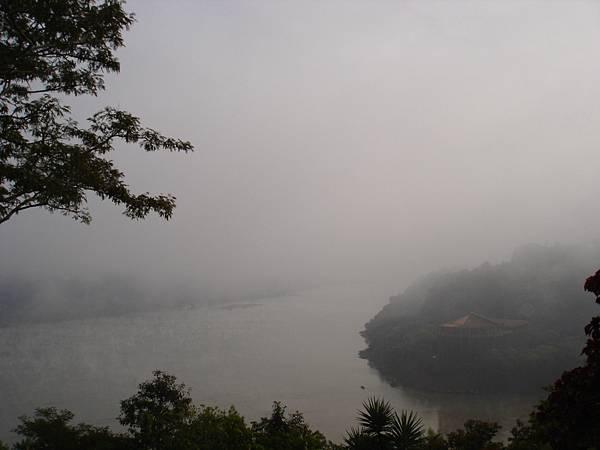 清晨霧中的邊界-左邊巴西,右邊巴拉圭.jpg