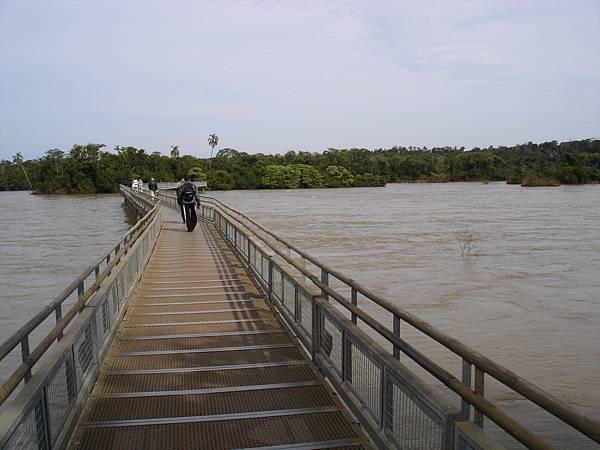 這河面夠寬吧.jpg