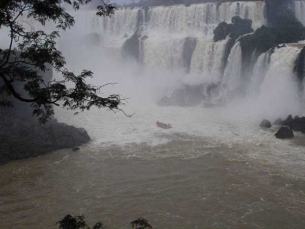衝往瀑布的小艇.jpg