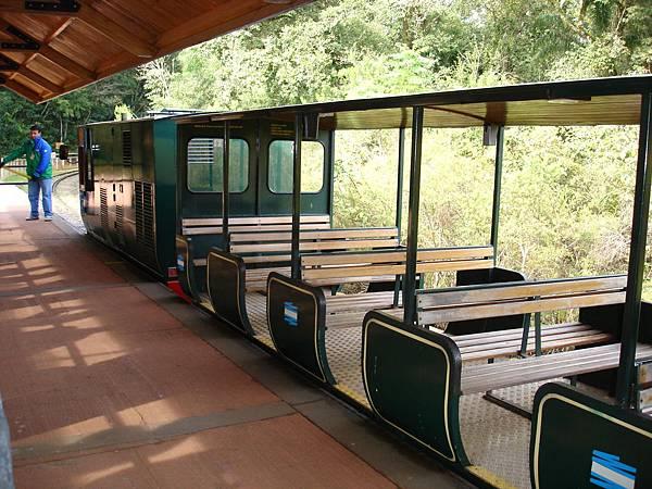 靠站的小火車.jpg