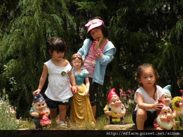 110728 溫帶花卉區 玩水的孩子.JPG