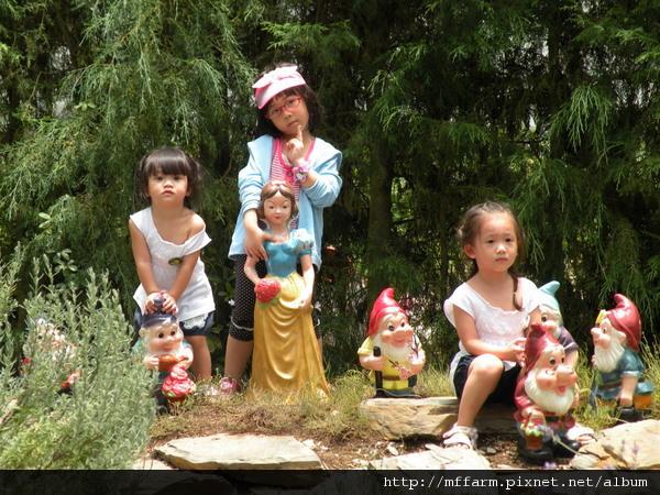 110728 溫帶花卉區 玩水的孩子 (7).JPG