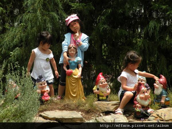 110728 溫帶花卉區 玩水的孩子 (8).JPG